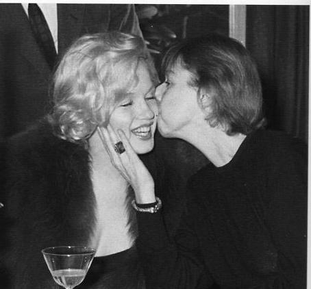 Carson-kisses-Marilyn